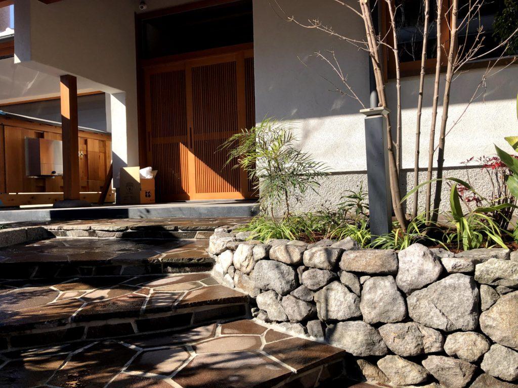 石積みと石張りの玄関アプローチ
